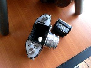 フィルムを巻き上げるとミラーが下がりレンズを通した画像が見えます