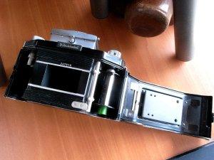 裏蓋が開くのでフィルムの装填が簡単です