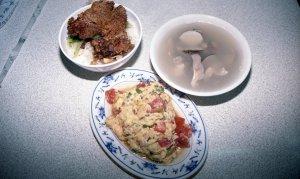 排骨菜飯、蛤蜊肚片湯(浅蜊とモツのスープ)、蕃茄炒蛋(トマトと卵の炒め)