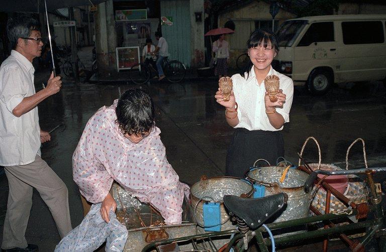 蝦菇をもつ小姐